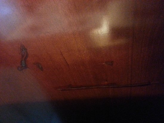 Boston Marriott Newton: Scratches on furniture