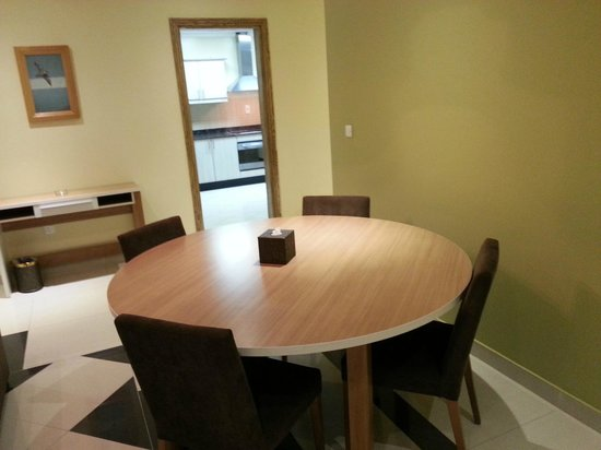 Governor West Bay Suites And Residence: Dinning Table