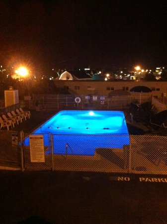 Hyannis Holiday Motel: Outdoor pool at night