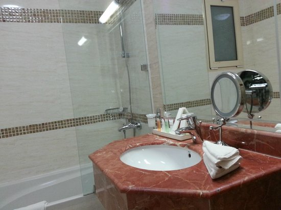 Governor West Bay Suites And Residence: The Bathroom