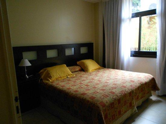 Sures Belgrano Suites: Habitación con placard muy cómodo