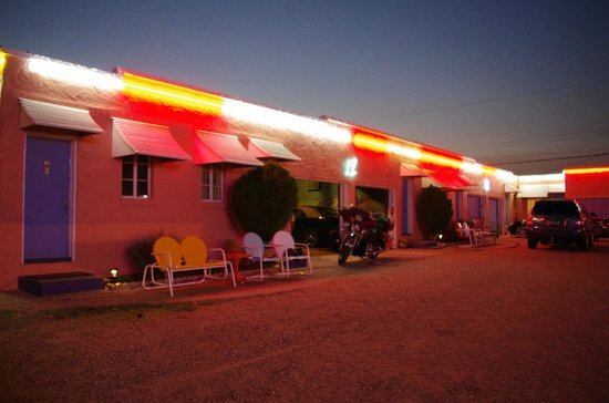 Blue Swallow Motel: Love the neon