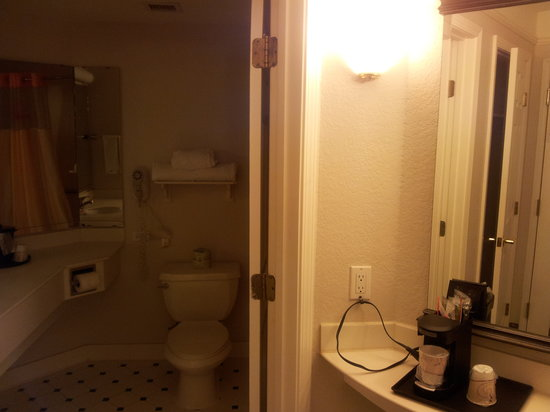 La Quinta Inn & Suites Ft. Lauderdale Plantation: My Bathroom/Entrance area - (Room had 2 double beds)