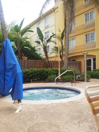 La Quinta Inn & Suites Ft. Lauderdale Plantation: Hot Tub Area/Nice & Clean