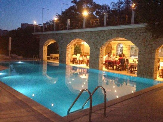 Amphora Hotel: havuz başında akşam yemeği ...