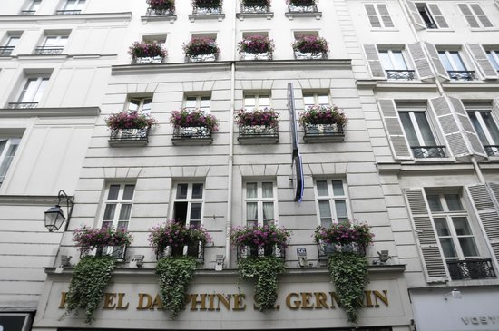 Hotel Dauphine Saint Germain : Front of Hotel from street