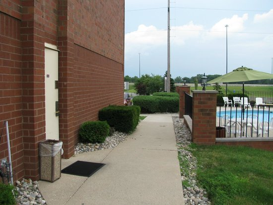 Best Western Luxbury Inn Fort Wayne: This side door adjacent to pool appears insecure.