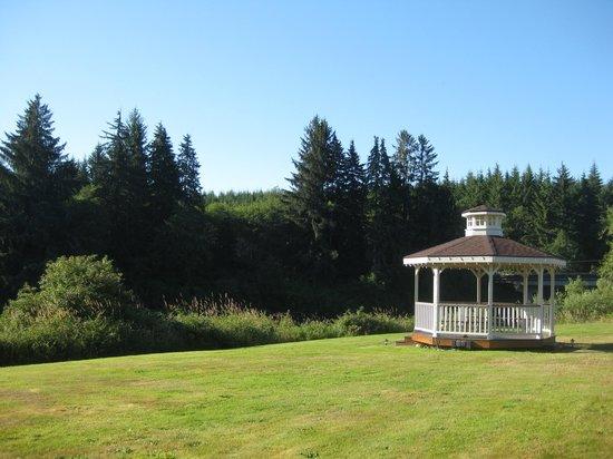 Quinault River Inn: Pagoda at the back