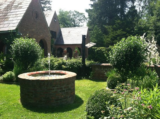 Chateau and Tudor Rooms, Saugerties Bed and Breakfast: Fountain on private green space