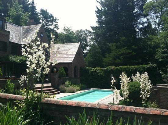 Chateau and Tudor Rooms, Saugerties Bed and Breakfast: Pool & Tudor Outdoor space