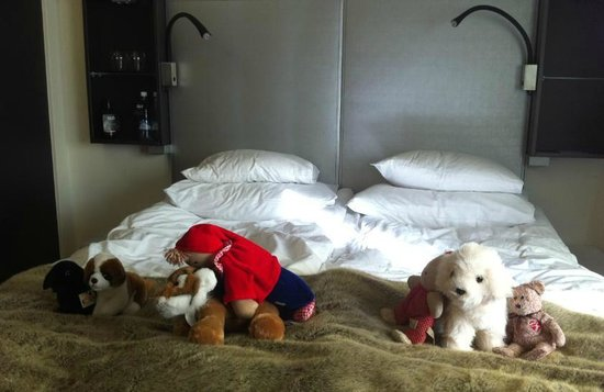 GLO Hotel Art: 子供達の置いて行った人形が可愛くアレンジされてました
