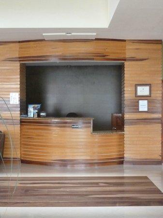 Hotel La Fortuna: Front desk