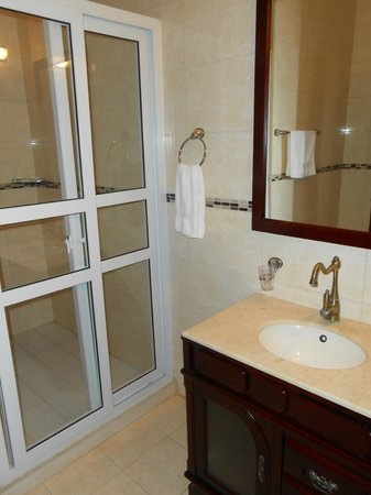 Aruba Breeze Condominium: beautiful bathroom with walk in shower