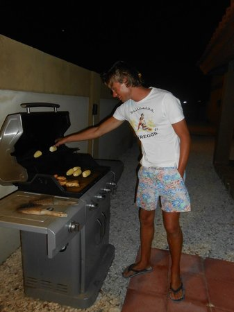 Aruba Breeze Condominium: Friendly neighbor helping us grill :-)