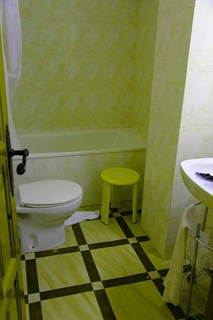 Hotel Esquirol: real photo of the bathroom in tripple room