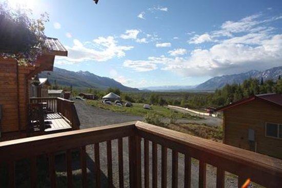 Knik River Lodge: Looking towards the yurt