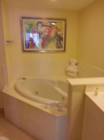 GullWing Beach Resort: jacuzzi (suite)