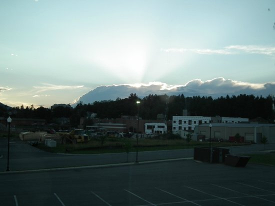Holiday Inn Express Hotel & Suites Elkins: Beautiful sunset picture taken from the second floor.