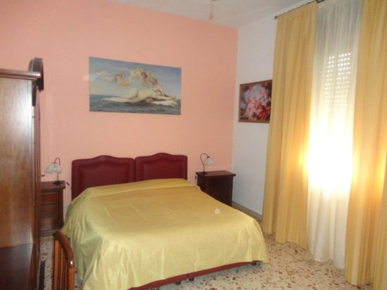 Bed and Breakfast delle Palme : Camera luminosa e spaziosa con finestra