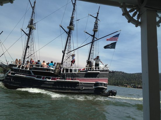 Big Bear Queen Lake Tours : Look out for the pirates!