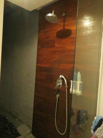 Astana Kunti: shower