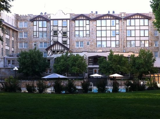 The Elms Hotel and Spa: Back of hotel and pool