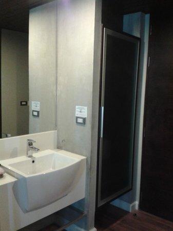 Bangkok Venice Suite: sink/closet