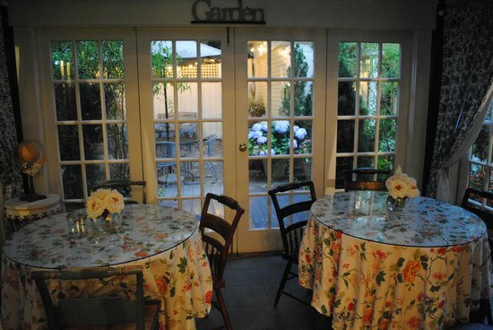 Mary Prentiss Inn: Lovely dining and patio area
