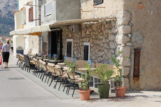 Hotel Corinthia: Street in Baska
