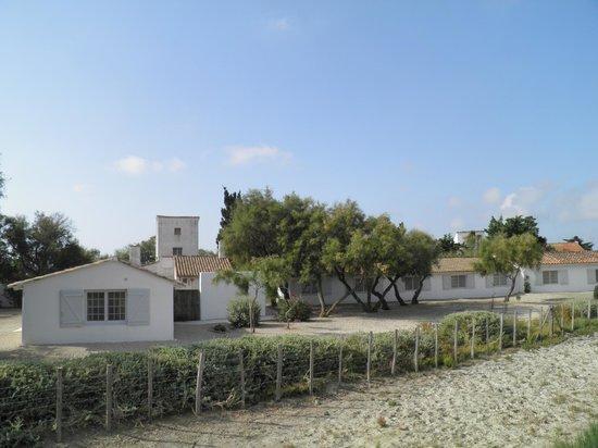 Hotel de Cacharel: L'hôtel vu de l'étang