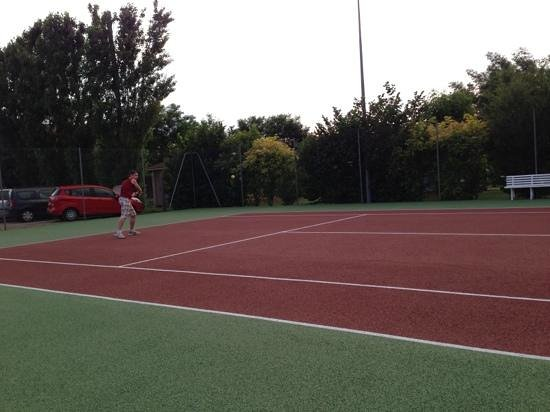 Le Hameau des Genêts : le terrain de tennis