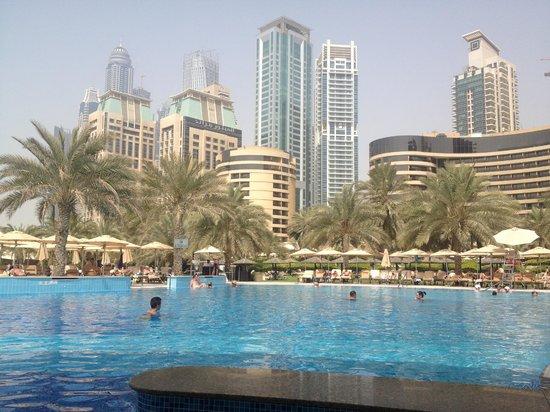 Grosvenor House Dubai: Der Pool am Strand