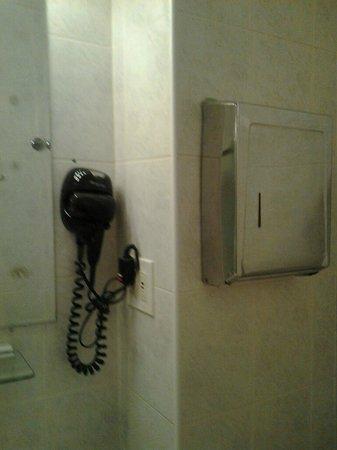 Colonial House Inn: Shared bathroom has blow dryer