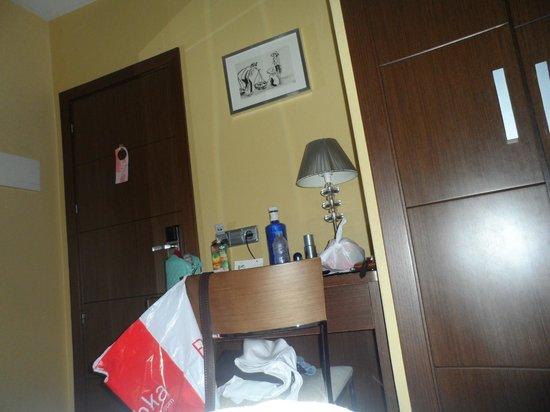 Hostal Astoria: wardrobe