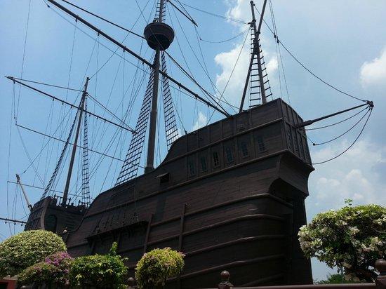 Flora de la Mar Maritime Museum: The side view