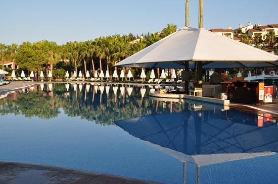 Barut Arum: Pool area
