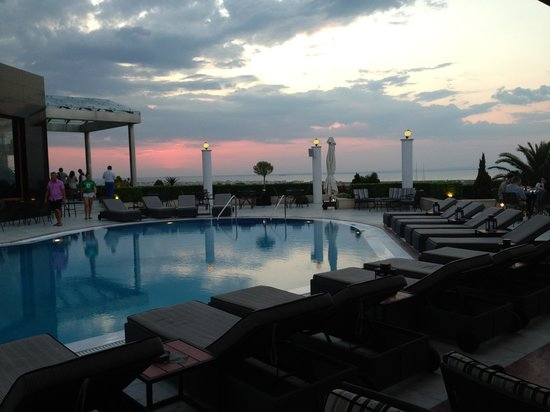 Royal Hotel: Evening round the pool and bar area