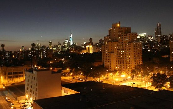 Fairfield Inn & Suites New York Brooklyn: View from the wonderful rooftop terrace at night