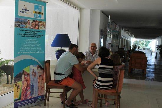 AKS Porto Heli Hotel: ο κ.Γιάννης εν ώρα εξυπηρέτησης