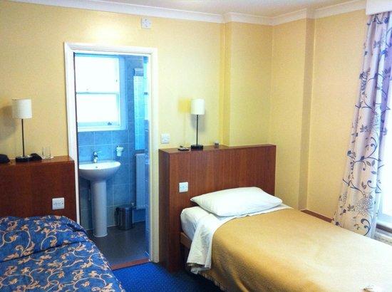 Luna & Simone Hotel: Taken from room door