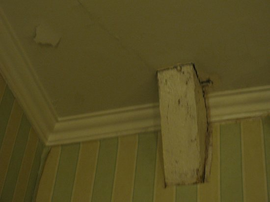 Chateau de Limelette : dirty and peeling ceiling