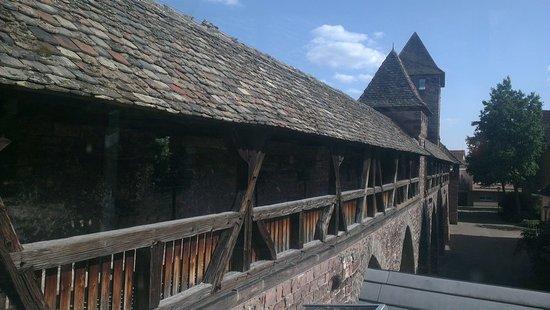 Nibelungenmuseum: Wehrgang von außen