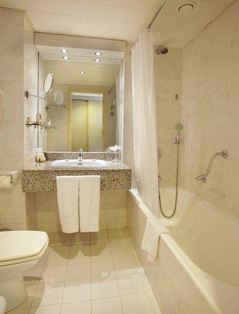 GrandResort: Standard Bathroom