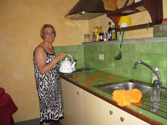 Poggio Imperiale Apartments: cocina con todo lo iprescindible
