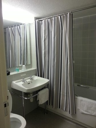 Alma Lodge Hotel: Double room bathroom