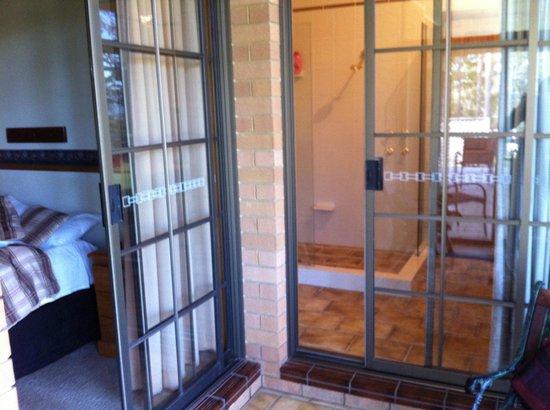 Hill Top Country Guest House: camera e bagno con veranda / bedroom, bathroom verandah