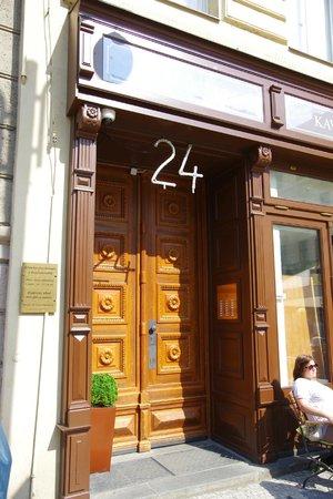 Malostranska Residence: Porte d'entrée de la résidence