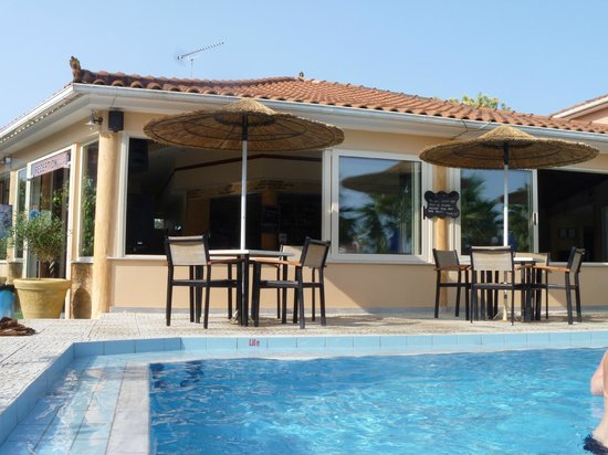 Paradise Apartments & Studios: Pool area, bar and outside seating