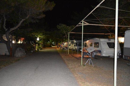 Camping La Focetta Sicula: il viale principale all'altezza del bar , disco,karaoke e giochi vari