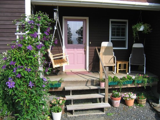 Fruitlands Bed and Breakfast: Front Porch
